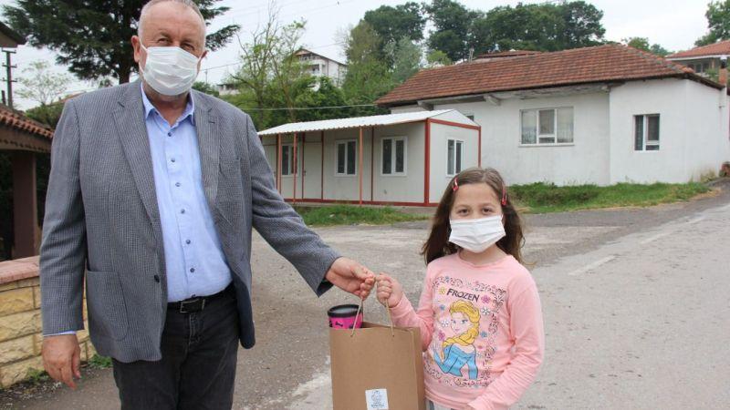 Başkan Özten çocuklara hediye dağıttı