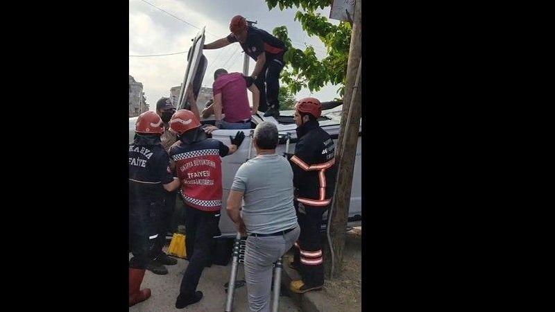 Karasu'da kaza 2 kişi araçta sıkıştı
