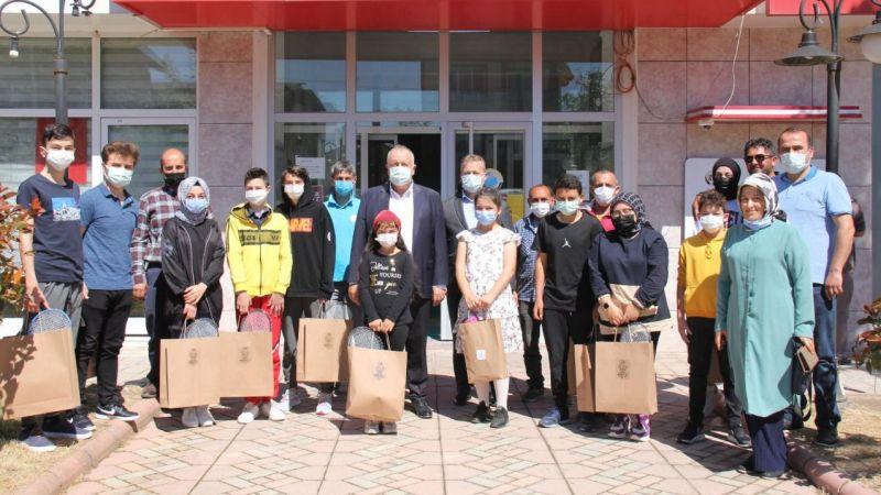 Başkan Özten personelin çocuklarına hediye verdi