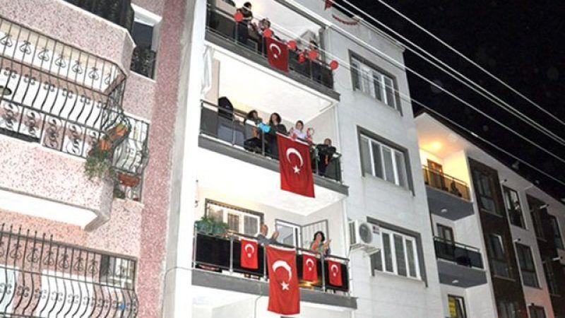 Saat 19.19'de İstiklal Marşı için balkonlara çıkıyoruz