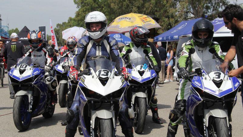 Sofuoğlu bayan motorcuların yarışındaydı