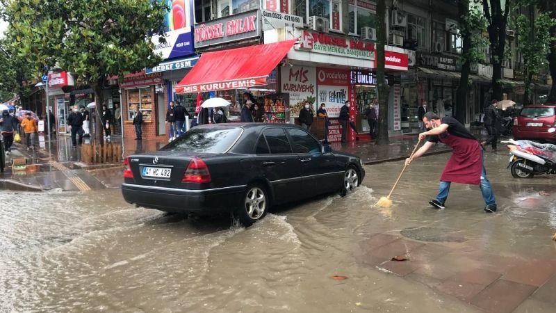 Hendek'te yolları su bastı
