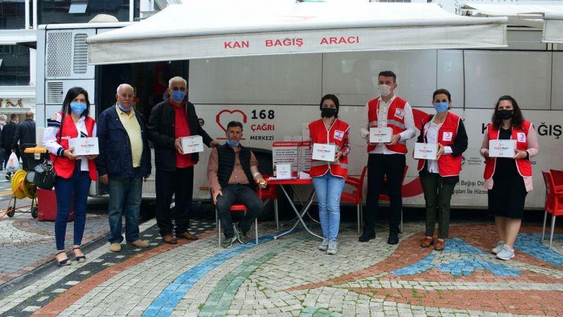 Kan bağışçılarına kahve ve sağlık kiti dağıttılar