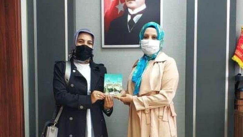 Yazar eğitimciler kitaplarını hediye etti