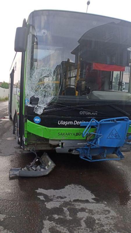 Belediye otobüsü kaza yaptı: 2 yaralı