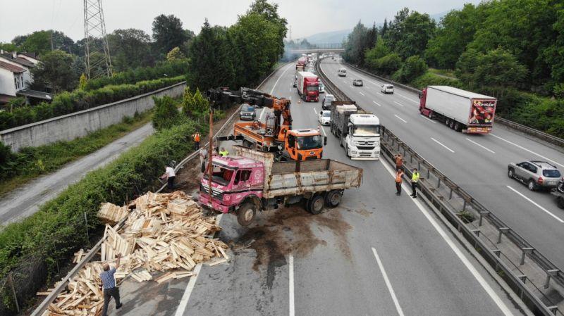 TEM'de 13 araç çarpıştı:5 yaralı