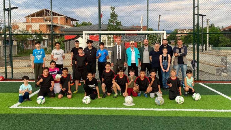 Babaoğlu minik futbolcuları sevindirdi