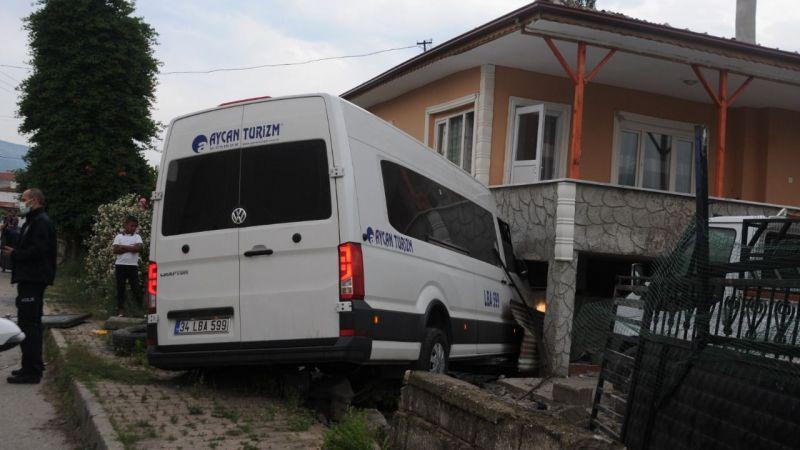 Servis minibüsü evin bahçesine girdi: 4 yaralı