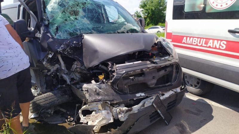 Yolcu indiren minibüse arkadan çarptı: 3 yaralı