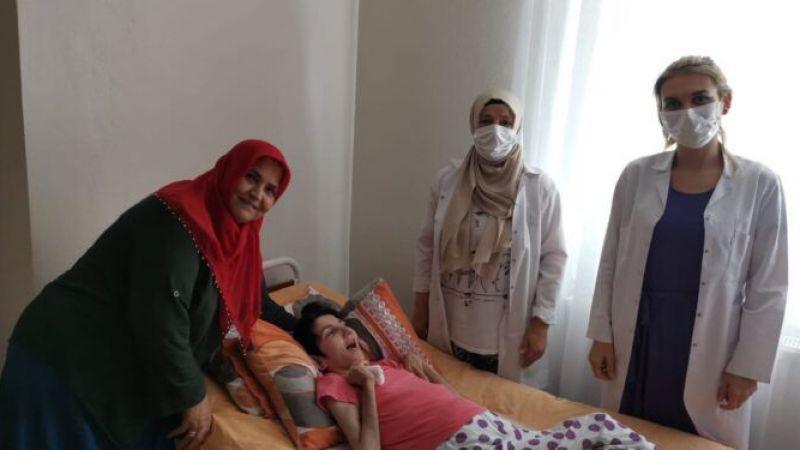 Engelli Ayşe'nin evine gidip aşı yaptılar
