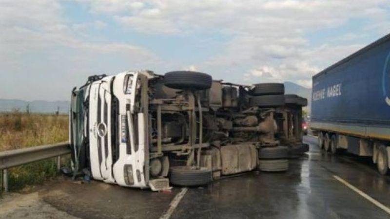 Pamukova'da süt tankeri devrildi