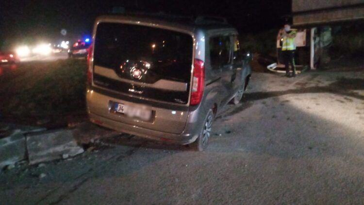 Yandan darbe gören araç devrildi: 2 yaralı