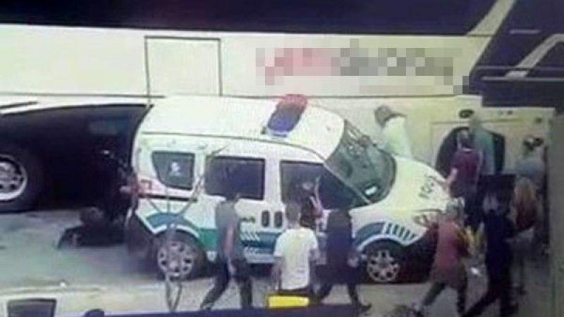 Polis iki aracın arasında sıkıştı