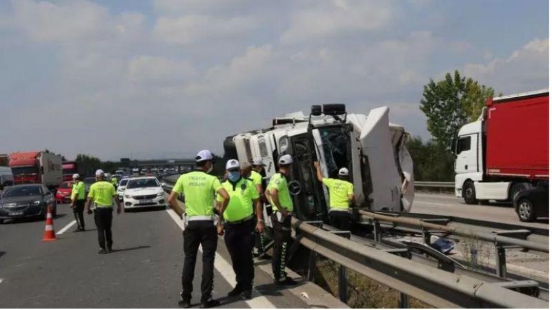 Bariyere çarpan kamyon sürücüsü sıkıştı