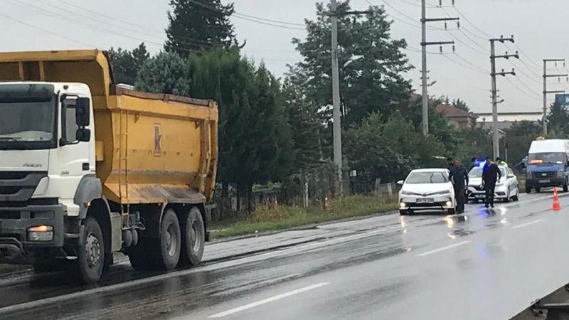 Hafriyat kamyonu otomobili ezdi