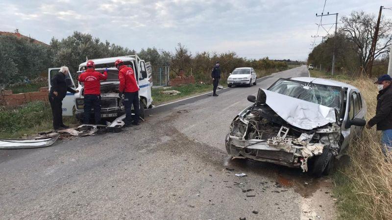 Burhaniye'de kamyonetle otomobil çarpıştı: 4 yaralı