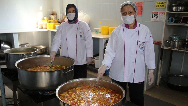 Burhaniye Belediyesi'nden karantinada olanlara sıcak yemek