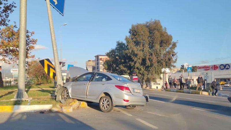 Akçay'daki kazada araç refüje çıktı direğe çarparak durabildi