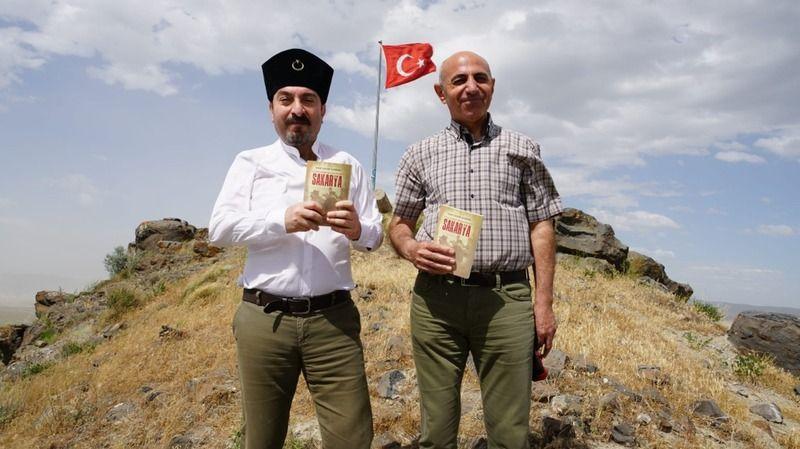 Yazdıkları kitabı, yamaçlarında 700 şehidin can verdiği Kara Tepe'nin zirvesinde tanıttılar