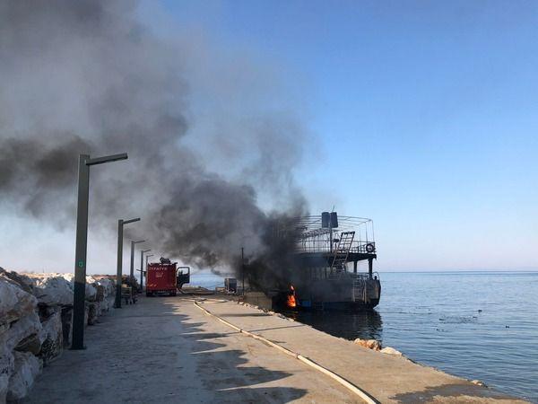 Altınoluk'ta gezi teknesi alev alev yandı