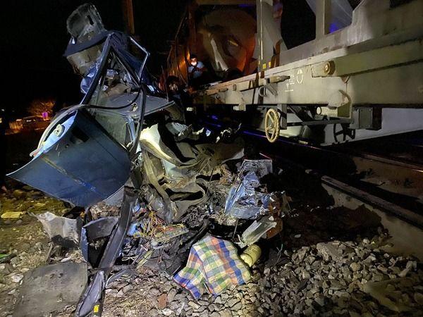 Balıkesir'de trenle otomobil çarpıştı: 2 Ölü