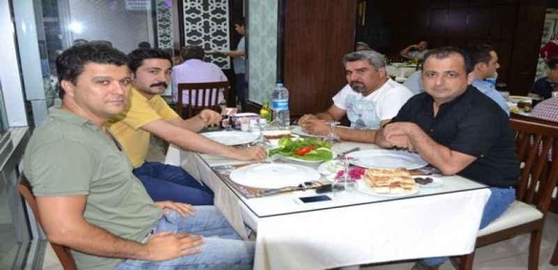 Sönmezden dostlarına iftar