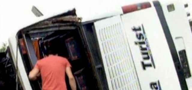 Otobüs şarampole uçtu: 35 yaralı