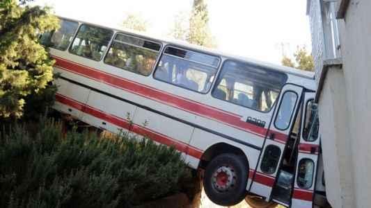 Otobüs balkona girdi