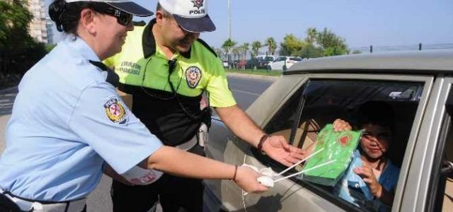 Polis ceza yerine hediye verdi