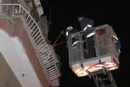 Balkon çöktü bina tahliye edildi
