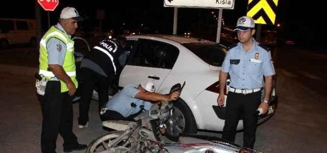 Motosiklet polis aracına çarptı