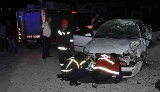 Otomobil durağa çarptı: 2 ölü