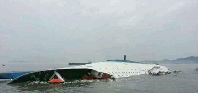 200 kişi taşıyan feribot battı