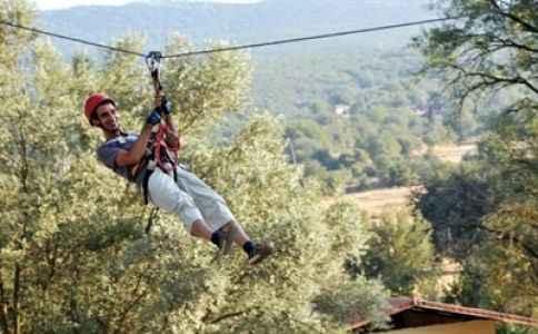 Ağaç tepesinde halat üzerinde eğleniyorlar