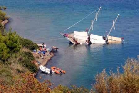 Karaya oturan tekne yan yattı