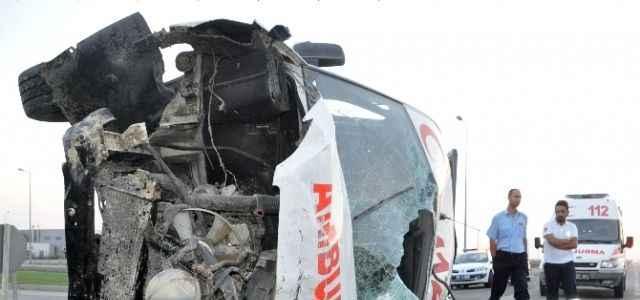 Ölü taşıyan ambulans takla attı