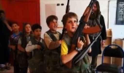 İlkokuldaki küçük çocuklara silahlı eğitim