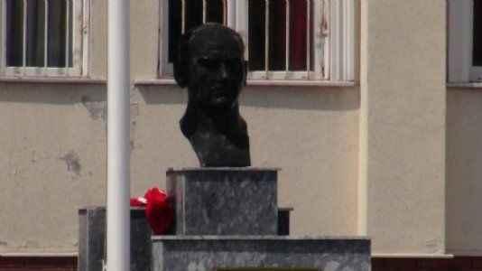 Atatürk büstü ve Türk Bayrağı tahrip edildi