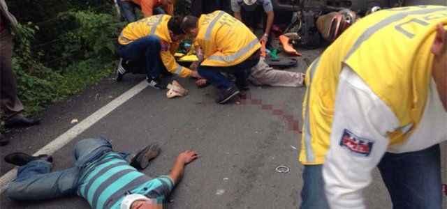 Motosiklet kamyonetin altına girdi: 2 yaralı