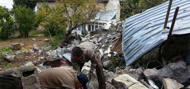 Fırtınada devrilen minare evin üzerine düştü