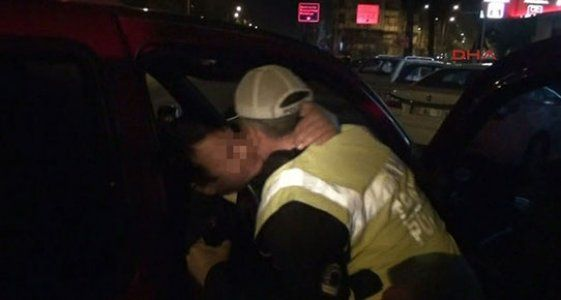 Alkollü muhtar polisi öperek...
