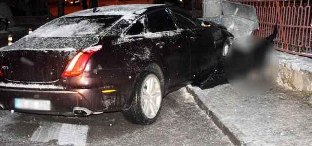 Buzda kayan lüks otomobil hayatına mal oldu
