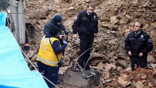 Üzerine kaya düşen işçi öldü