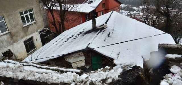 İstinat duvarı evin çatısına çöktü