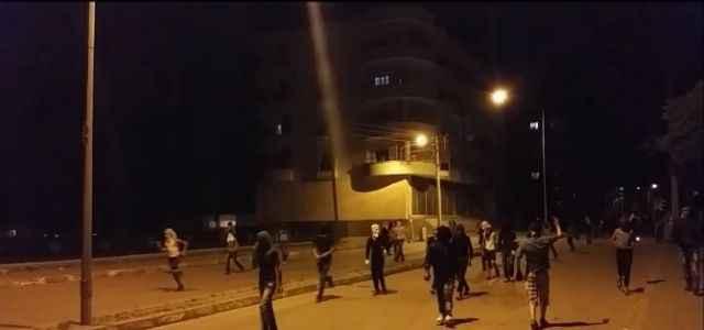 Polise bomba ve silahlarla saldırdılar