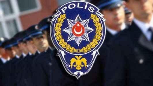 Sevgilisiyle yaşayan polis olamaz