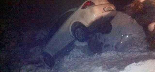 Otomobil kütüğe takılınca hayatları kurtuldu