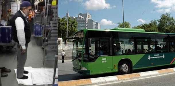 Otobüs şoförü, yolcuların önünde namaz molası verdi