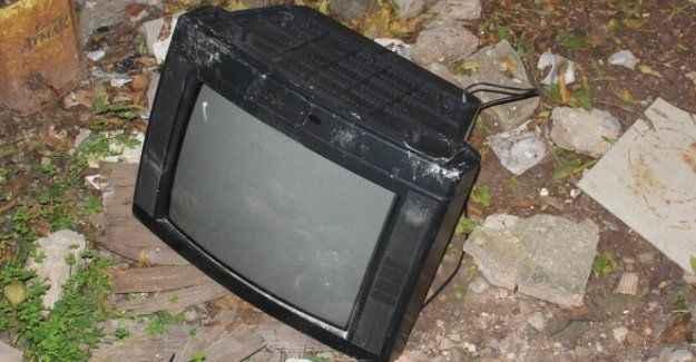 O televizyonu kırıp bahçeye attılar! Sebebi ise...