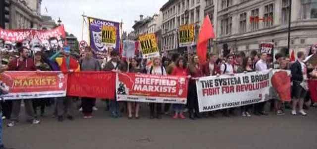 On binler hükümeti protesto etti